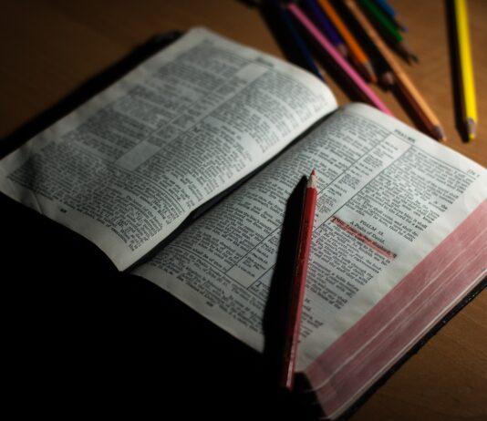 Bijbel met kleurpotloden