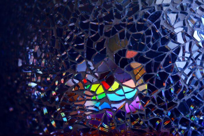 Gebroken glas met regenboogkleuren
