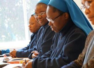 Zusters ontvangen taalles (Foto: Bisdom Breda)