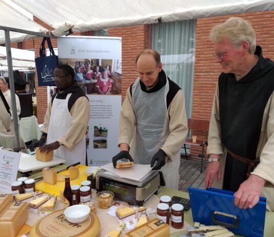 Monniken op kloostermarkt