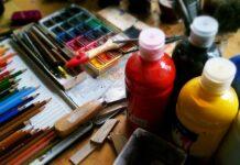 Potloden, kwasten en verf