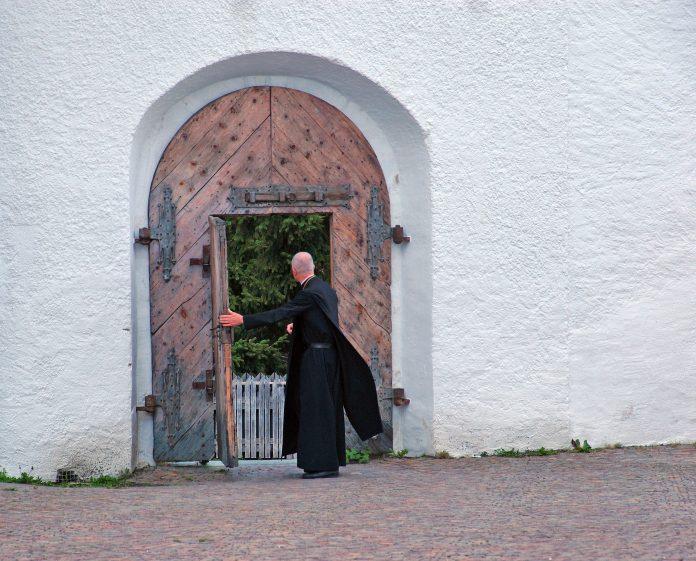 Religieus bij poort