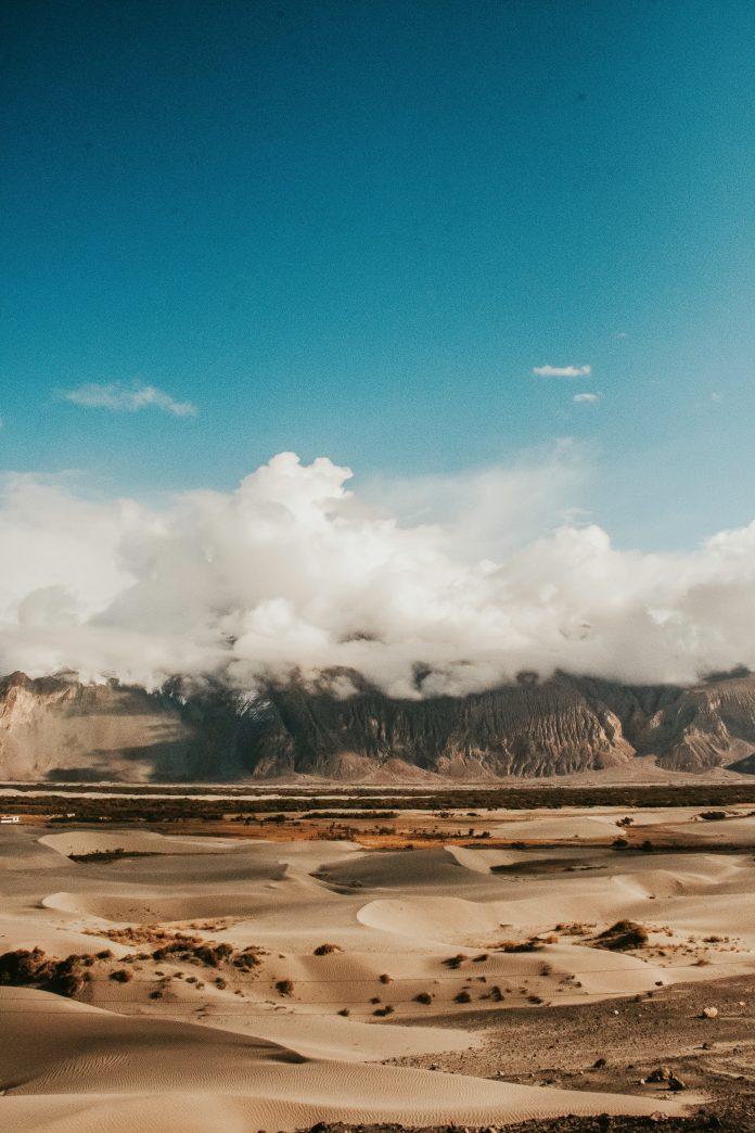 Berg met wolken