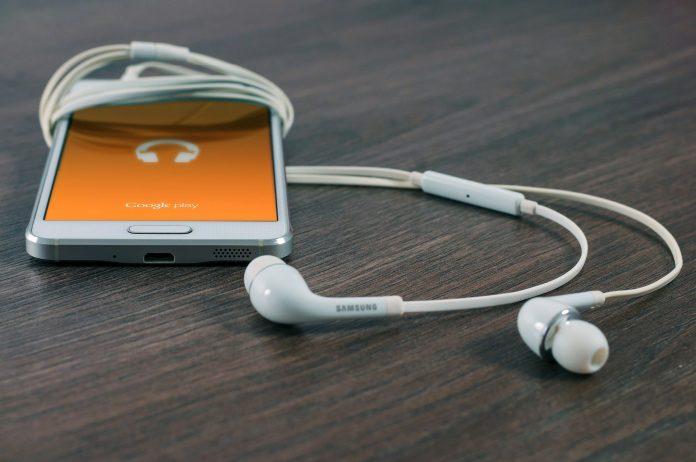 Smartphone met oordopjes