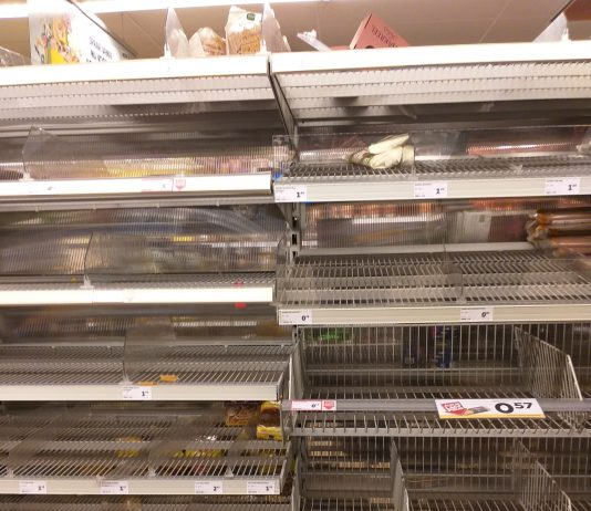 Lege schappen in supermarkt