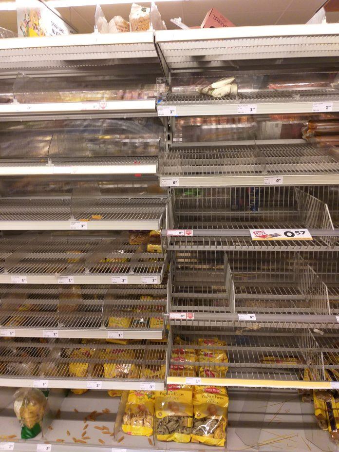 Lege schappen in supermarkt