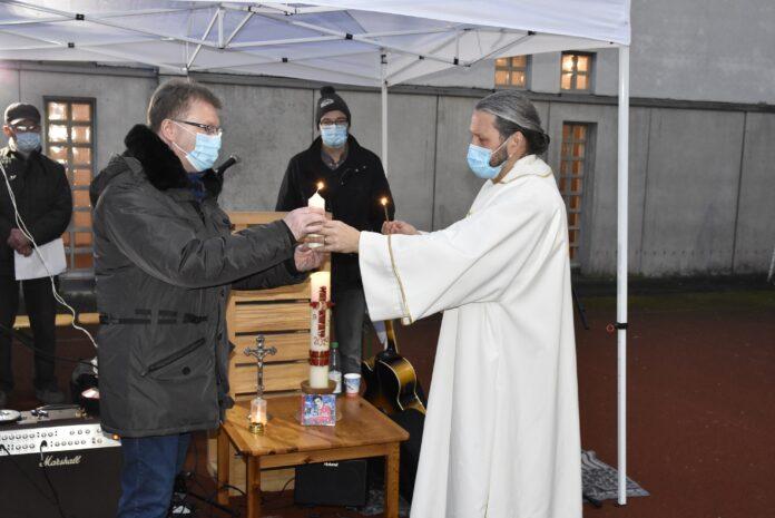 Diaken dr. Meins Coetsier (rechts) overhandigt symbolisch het vredeslicht aan de directeur van de instelling, Karsten Koudela