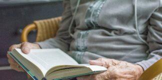 Oudere dame met boek