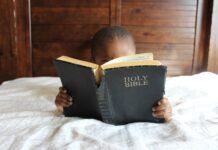Kind leest Bijbel
