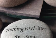 Steen met tekst 'Nothing Is Written In Stone'