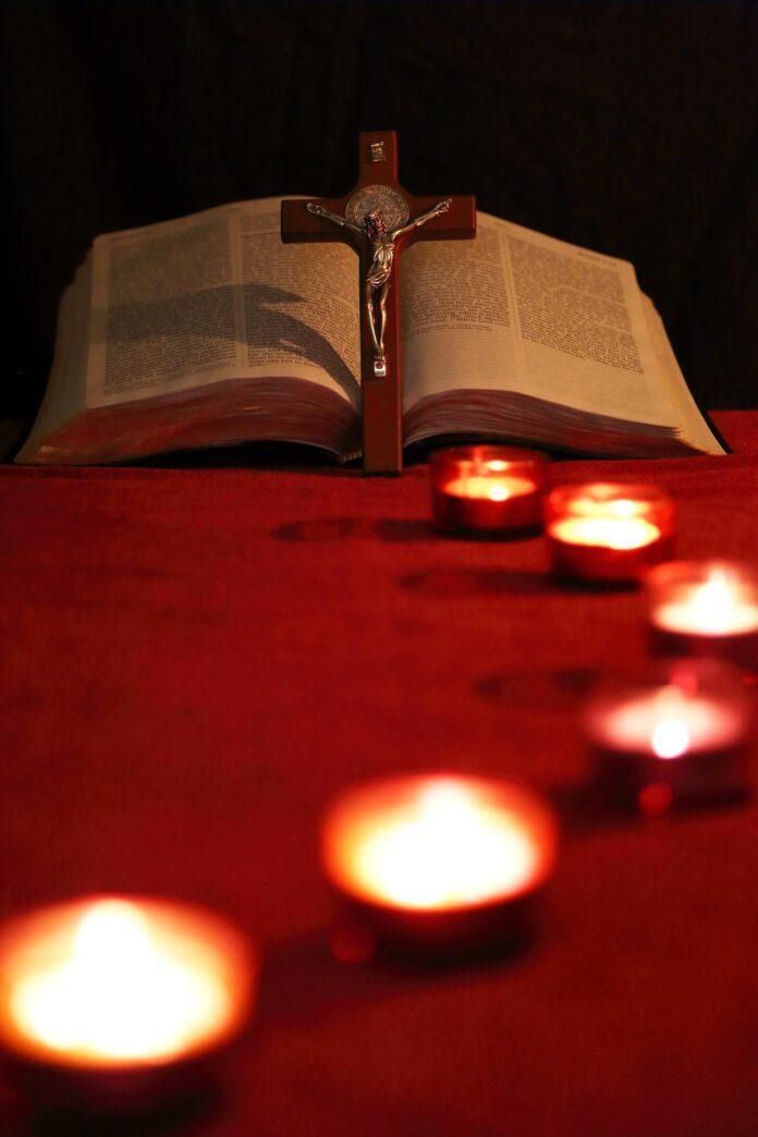 Kaarsjes, Bijbel en crucifix