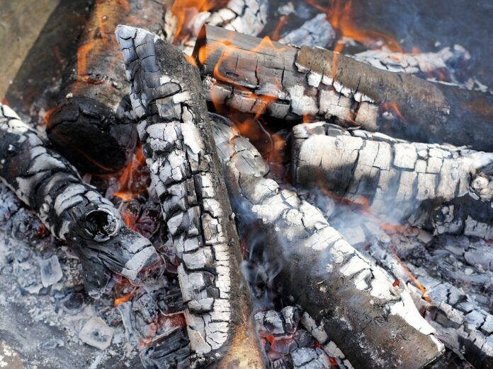 Afgebrande stukken hout, as