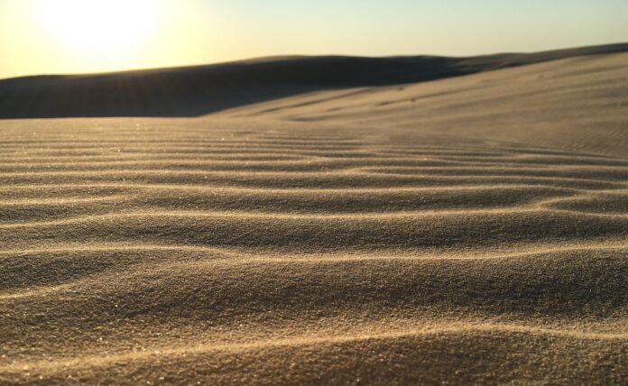Woestijn met rimpelingen in zand