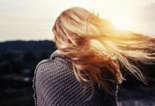 Wind waait door haren