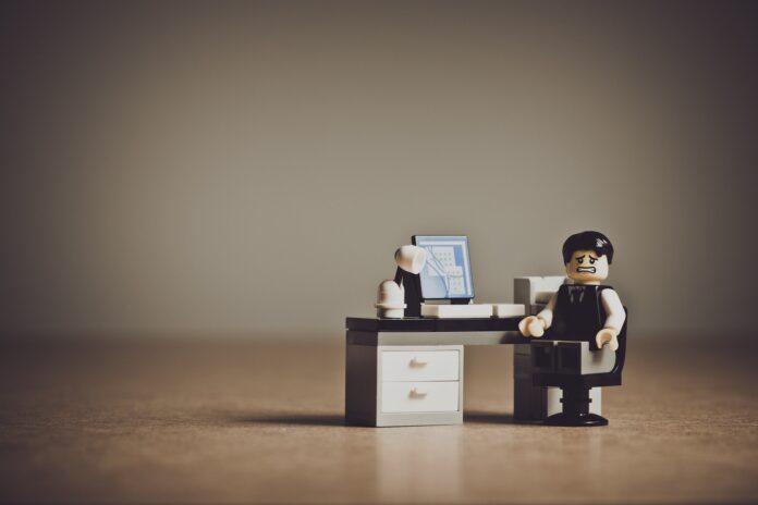Legopoppetje achter bureau