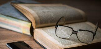 Bril, boek en smartphone