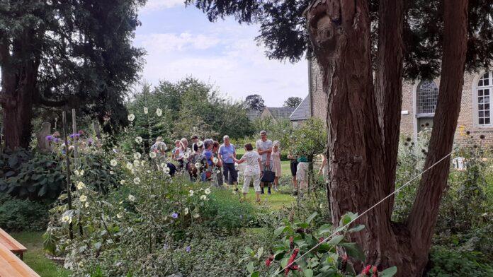 De bezoekers van 15 augustus 2021 worden rondgeleid door de Hof van Lof - foto Hans-Peter Bartels