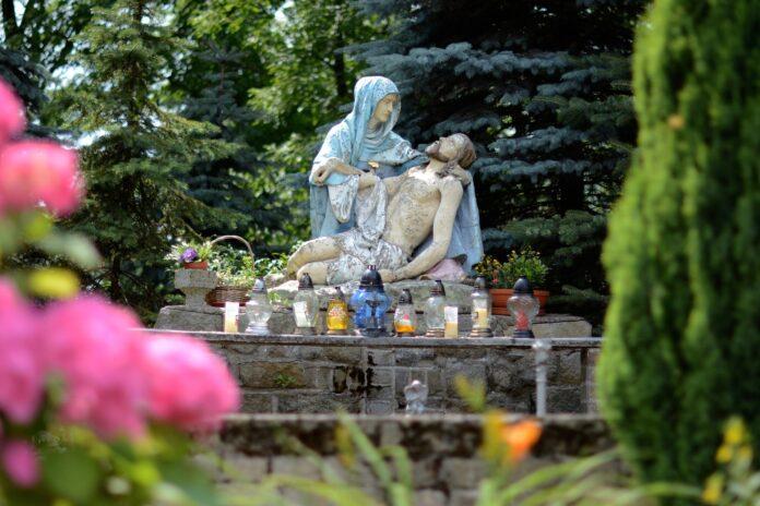 Beeld van Maria met overleden Jezus
